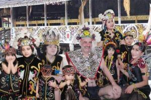 Ida Wahyuni dan keluarga 300x200 - Ida Wachyuni : Cinta Indonesia